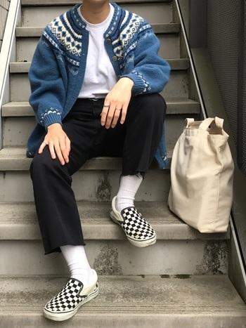 ちょっぴりレトロな雰囲気の古着のカーディガン。チェッカーボードのスニーカーを合わせてモダンな印象に。
