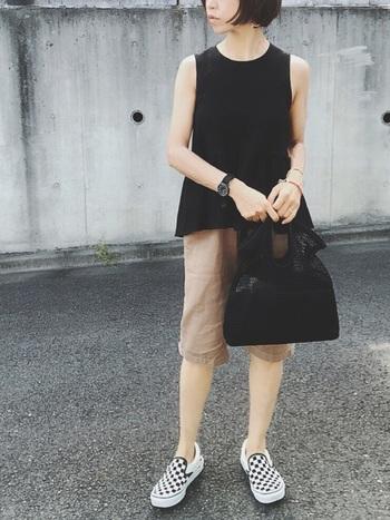 大人のハーフパンツで軽快な印象。あえて素足にスニーカーを合わせて活動的に着こなして。