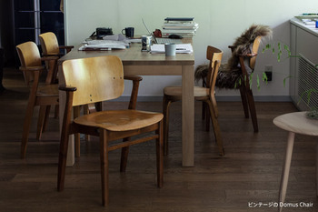 広い座面と背当てに、可愛らしい小さなひじ掛けが愛嬌のある椅子です。しっかりとした作りで、どんなテイストの家具とも好相性。長く使える北欧家具です。