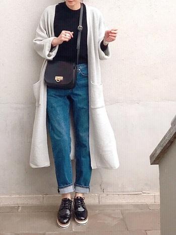 マニッシュシューズには、厚底デザインもあるので、足元にボリュームを与えて存在感を出すこともできます。パンツをロールアップさせれば軽やかさが出て、爽やかな春コーデに。