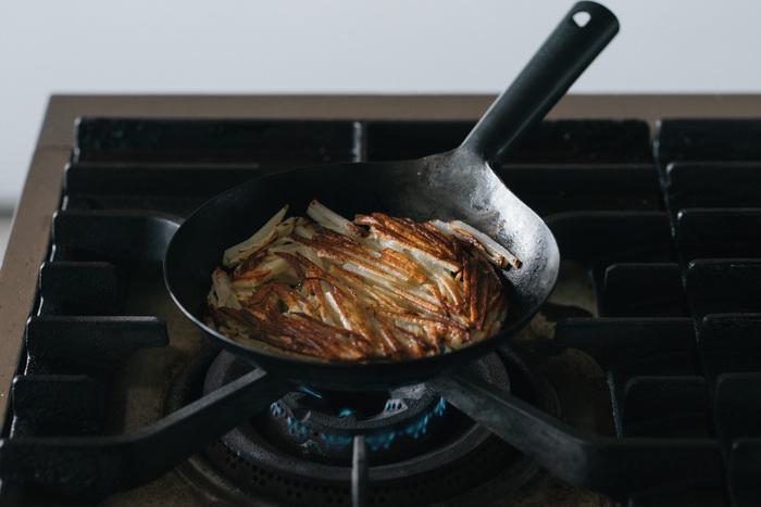 打ち出しで作られた鉄のフライパンは丈夫で長持ちしてくれる料理の相棒になってくれます。フッ素加工が剥がれたりしないから、お手入れ次第で一生もののフライパンに。片手で振れる軽さや、炒めやすい負荷さにもこだわりがあります。