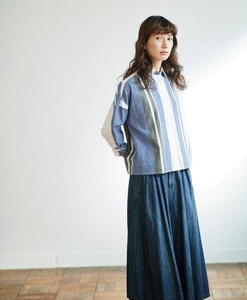 上半身がコンパクトな分、ボトムスはボリュームがあるものを選ぶときれいなシルエットになります。ロングスカートもすっきりと着こなせますよ。