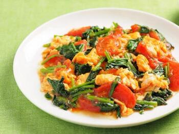 ほうれん草と卵の炒めものにトマトが入るだけで、彩りもよくジューシーに仕上がります。こちらのレシピでは味付けした後にとろみをつけているので、卵もふわとろ食感になっています。