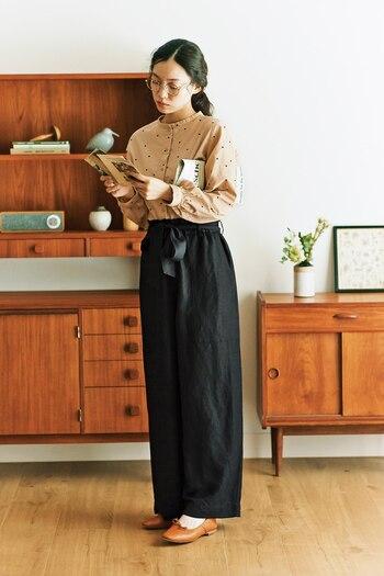 女性らしい雰囲気の水玉のシャツは、ウエストインすることでスタイルがよく見えます。ワイドパンツで下半身にボリュームを出すのがバランスよく着こなすコツ。