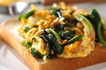 半熟卵とほうれん草の炒めものを食パンにのせてトーストに!スライスチーズが挟まっているので、コクと美味しさが増します。朝食にぴったりのメニューです。