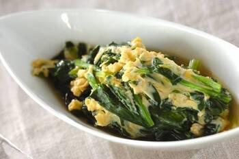 こちらのレシピで使う食材は、ほうれん草と卵だけ。味付けも顆粒スープの素にお水と、シンプルで優しい味になっています。新鮮なほうれん草が手に入ったときに試したいレシピです。