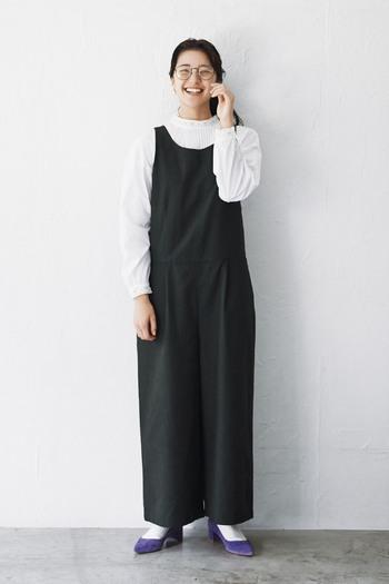 黒のオールインワンに白のシャツを合わせた上品なコーディネート。モノトーンで色味が少ないので、足元はカラフルなシューズを合わせるのがおすすめです。