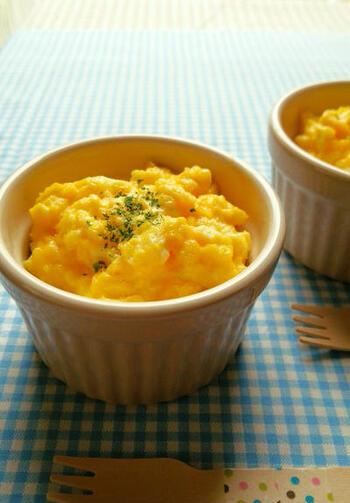 バターで炒めたほうれん草に、スクランブルエッグをのせてトースターで焼くお手軽レシピです。簡単に作れるので朝ごはんにもぴったり。