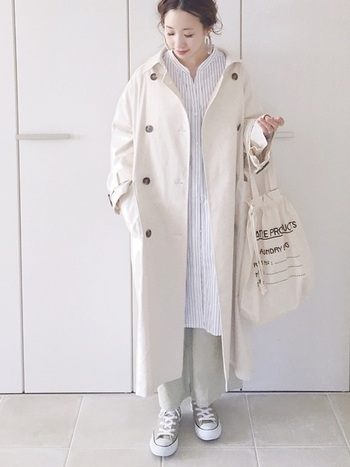 涼しげなストライプ柄のシャツワンピースをメインにオフホワイトでまとめたスタイル。柔らかい雰囲気だけど、メリハリもあってスタイル良く見えますね。