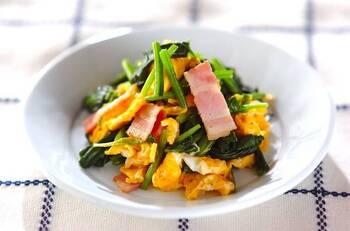 味付けは塩胡椒のシンプルな炒めもの。ベーコンも入っているので、彩りもきれい!ほうれん草はさっと茹でておくのがポイントです。