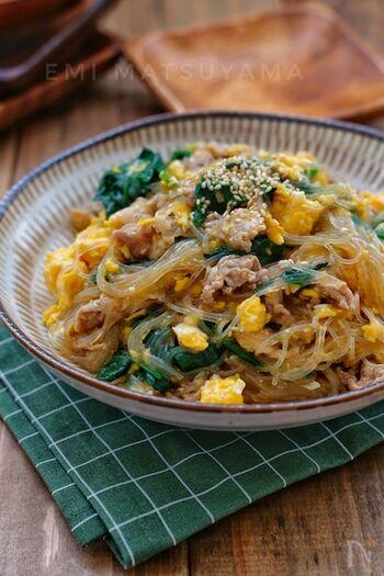 炒め煮に春雨を入れてスープを吸わせたら、美味しさを余すことなくいただける一品に。先に炒り卵だけを作り、仕上げに戻せば彩りも黄色が美しいままです。