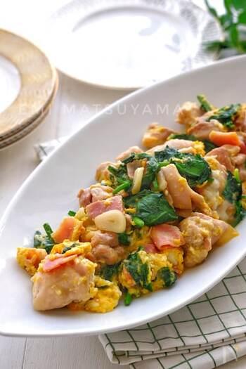 鶏肉が入ったボリュームおかずレシピです。にんにくの風味で食欲が刺激され、スタミナも満点。お子さんや男性に喜ばれそうですね。