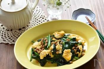 納豆をプラスしたスタミナレシピ。ほうれん草を炒めるのにマヨネーズを使うことで、コクと旨味がアップします。ほうれん草、卵、納豆の食感の違いが楽しい一品です。