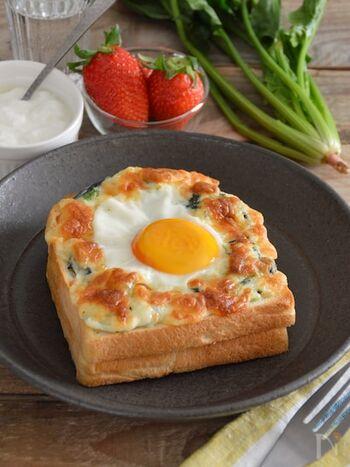 パンに卵とハム、チーズ、ホワイトソースをのせて焼く「クロックマダム」に、ほうれん草を加えれば、栄養バランスのよい一品に。使う小麦粉は大さじ1、レンジで作れるホワイトソースなので、食べたいときにすぐに作れますよ。