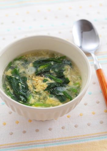 ほうれん草と卵の汁ものと言ったら、中華スープを思い浮かべる人も多いのではないでしょうか。片栗粉でとろみをつけて、ふんわり卵が美味しい!基本レシピで、簡単に作れます。