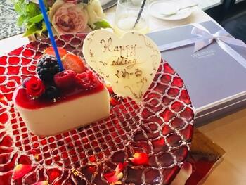 お祝い用のフラワープレートデザートも華やか◎写真に収めたくなる可愛さで、思い出にも残るはずです♪