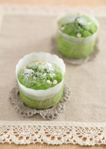 豆乳やきび砂糖を使った、優しい味わいのカップケーキ。きれいなほうれん草の緑色に、ホワイトチョコのトッピングがかわいいですね。プレゼントにもよさそうです。