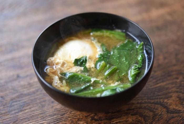ほうれん草をだし汁に入れお味噌を溶いたら、卵を落としてお味噌汁の完成。黄身をトロっとさせながらいただく、おかずのように食べ応えのあるお味噌です。ご飯がすすみそう。