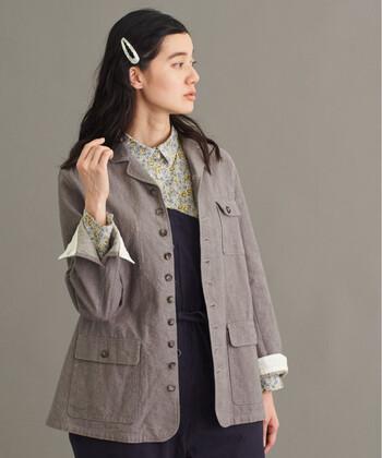 ライトジャケットは、襟付きのアウターでキレイめな印象もありつつ、春らしく軽やかな風合いに仕上げたジャケット。マニッシュ風やボーイッシュなどにぴったりのデザインです。素材はリネンやポリエステルといった素材を使い、着心地も楽なのが魅力です。