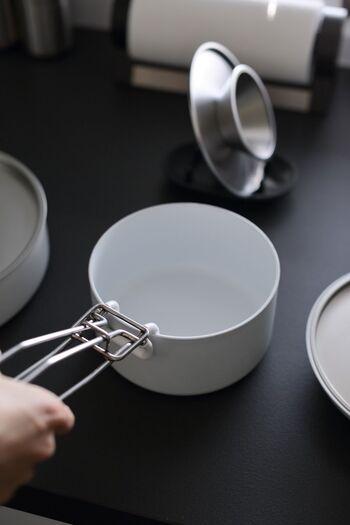 取っ手を外してしまえる鍋シリーズは、やっぱり扱いが楽ですよね。  鍋と言ってもこちらは調理道具にも器にもなる優れもの。別売りの木蓋と組み合わせれば、収納容器としても使えます。 ストレートなフォルムなのでスタッキングした姿も美しく、収納に無駄なスペースを作りません。