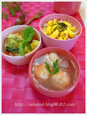 保温のほか、保冷ができるランチジャーもありますので、ひんやりレシピもご紹介。こちらは、海老団子の冷たいスープやちらし寿司など、和洋折衷のお弁当です。