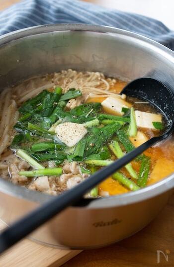 豚バラ、もやし、ニラ、えのき...を味噌仕立てのお鍋で。というだけで食欲が刺激されるけれど、そこにバターを加えればより香り高くグレードアップ。美味しい鍋をもりもり食べて免疫力も高めちゃいましょう!