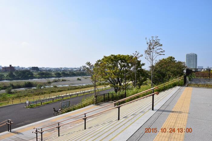 平成25年オープンの二子玉川公園は、ユニバーサルデザインが意識されていて、車いすの方などはもちろんベビーカーでも訪れやすい、お子様連れのママにも優しい公園です。