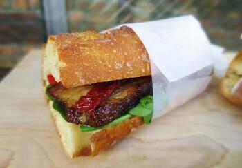 食べ応えのあるバケットサンドもおすすめ。生ハムと大葉など和のテイストのメニューも、食べるとしっかりサンドイッチなのが不思議なんですよ。
