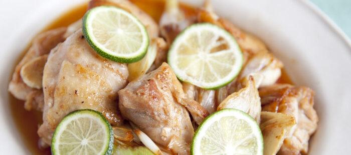 バター醤油で香ばしく焼いた鶏モモ肉にすだちをキュッと絞って。コクと酸味が絡んで絶妙。チャッチャッと簡単にメインらしい一品が出来上がるというのも嬉しいですね。