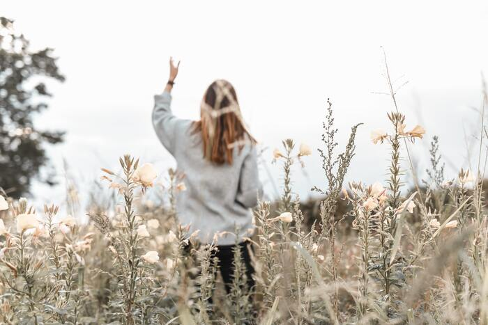 年齢を重ねると「大人なんだから」とストレスや問題を自分で抱え込んだり強がったりしてしまうこと、ありますよね。ですが、大人だからこそ弱さを認め、打ち明け、内に溜め込まずにうまく解消していくことや、相手に頼ることも必要です。人は苦手や弱さがあって当然。「大丈夫、一人じゃない。」と自分の心に優しい言葉をかけてあげてくださいね。