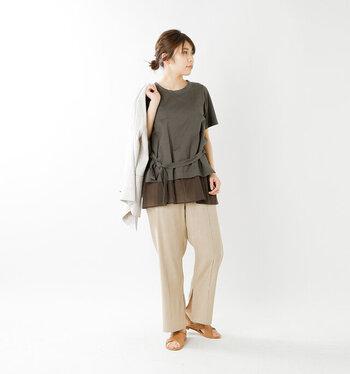 センタープレスに裾には再度スリットが入ったワイドパンツです。大人っぽいコーデにぴったりで、ちょっとしたお出かけにも品を添えてくれます。