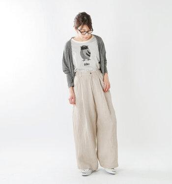 ウエストのタックでふんわりと広がるデザインが素敵なパンツです。服の中で体がふわりと浮く感覚が心地よい一着です。