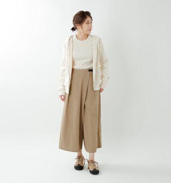 ラップが付いたフレアパンツはスカートの女性らしさも兼ね備えています。ウエストの黒いベルトがアクセントになって、スポーティーなコーディネートにも良く似合いそう。