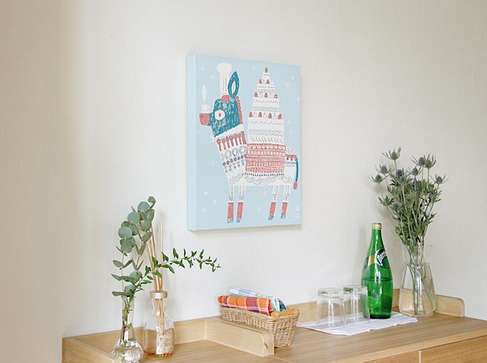 キャンバスフレームアートは、額がないのでそのまま手軽に壁に掛けられたり、置いて飾ることもできるのが魅力。ポスターにはない、キャンバス+木枠ならではの厚みとアートな存在感で、お部屋をぐっとおしゃれに演出することができます。軽くて気軽に扱えるので、小さなお子さんのいるご家庭でも安心して取り入れられるアートです。