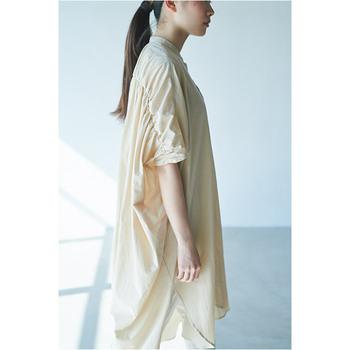 シンプルなシャツワンピースですが、背中から袖にかけて入ったたっぷりのギャザーがポイントに。さらりとした肌触りのローン素材を使用することで、その繊細なデザインが引き立ちます。