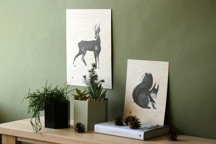 プライウッドは、紙ではなく、板に刷られたポスターです。高品質なフィンランド産の木材で作られ、薄くて軽量ですが、紙のポスターよりも厚みがあるのでそのまま立てかけて飾っても素敵です。温かみのあるナチュラルな木の色に、おうちのなかがますます癒される空間に。隣に植物を飾るとよりおしゃれで自然な雰囲気を楽しめます。