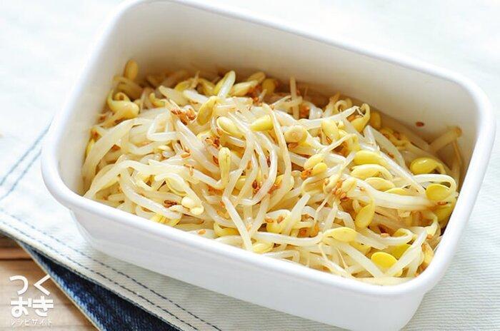 酢を加えたお湯でゆでることで、作り置きしても日持ちがする豆もやしのナムル。もやしのニオイも抑えられます。豆の部分のポリポリした食感も楽しい一品です。