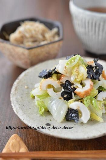 リーズナブルでうまみのアクセントになるちくわ入り。中途半端に残った白菜も消費できるうれしいナムルです。海苔を入れることで、味も見た目もバランスが良くなりますね。レンジでわずか5分の時短レシピです。