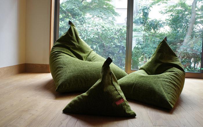 深い緑色がシックで、和の雰囲気を感じます。畳にもマッチしそうですね。手前のミニサイズは足置きとしても使えるので、レギュラーやビッグサイズと合わせて活用するのも◎