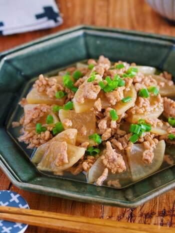 大根とひき肉を使った簡単煮物。大根は、薄切りにすることで時短、調味料もめんつゆだけでとってもお手軽♪