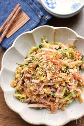 冷やし中華の上にのせる具材を混ぜてサラダ風に。中華くらげの食感がアクセントになりいい感じです。