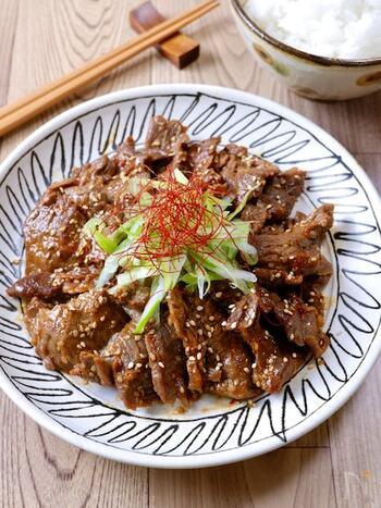 市販のカルビ肉にしっかり味を染み込ませ、フライパンで焼くだけ。冷凍保存もきくので、カルビ肉が特売のときたくさん冷凍しておくといいかも。