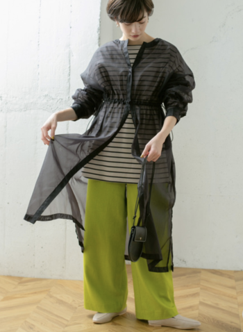 シアー素材ならば、ブラックの面積が広くても軽やかな印象に。ロング丈のシーシャツワンピをざっくりと春のアウターチックに羽織ってみて。