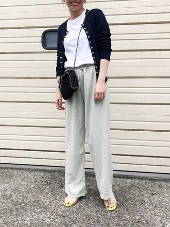 春夏シーズンに着たくなる白T。サラッとカーディガンを羽織れば気張りすぎないラフな印象でブラックを着こなせます。