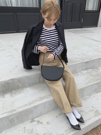 春色のインナーやパンツにブラックのテーラードジャケットを1枚羽織るだけで、カチッとマニッシュな雰囲気に。ボトムはパンツを合わせるもよし、スカートを合わせるもよし。様々なコーディネートで大活躍の予感。