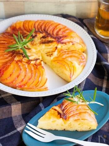 スライスしたりんごを並べるだけで、華やかなケーキが完成します。ケーキの中央に添えたカマンベールチーズの塩気と、りんごの甘さが相性バッチリ♪ フライパンにりんごとチーズを並べて、上から生地をかけて加熱すればできあがります。ホームパーティーのデザートにもおすすめです。