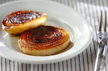焼き野菜にバター醤油というシンプルな組み合わせも最高。バターの照りが美しい玉ねぎソテー。ビジュアルからもう魅了されてしまいます。