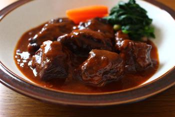じっくり時間をかけて作る牛肉の煮込みは味の濃い牛スネ肉を使って。バターも赤ワインもケチらずたっぷりと。煮込み始めれば読書もできるし、ながら料理でのんびり気長に出来上がりを待つというのも楽しいですよ。