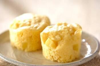10分で完成する電子レンジ×ホットケーキミックスの蒸しパンレシピ。ホットケーキミックス・卵・牛乳などを混ぜ合わせて、電子レンジで加熱したカット状のサツマイモを加えます。 マフィン型に注いで、電子レンジで3~4分加熱したらできあがり♪サツマイモの代わりに、かぼちゃを使ってもおいしそう♪簡単に完成するので、小腹がすいたときのおやつにピッタリです。