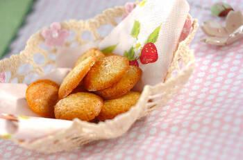 ホットケーキミックスに、卵白やバニラエッセンスを加えた優しい甘さを楽しめる薄焼きクッキー。焼きたてはやわらかく、冷ますとサクッとした食感を味わえます。シンプルなクッキーを作りたいときにピッタリのレシピです。